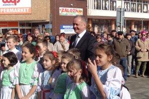 Prezidentovi na privítanie zatancovali mladí folkloristi.