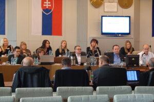 Mestskí poslanci nový návrh odmien neschválili.