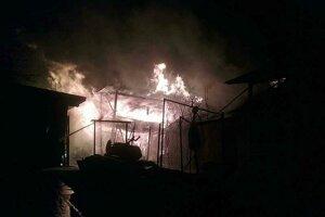 Z prístavby šľahali obrovské plamene.