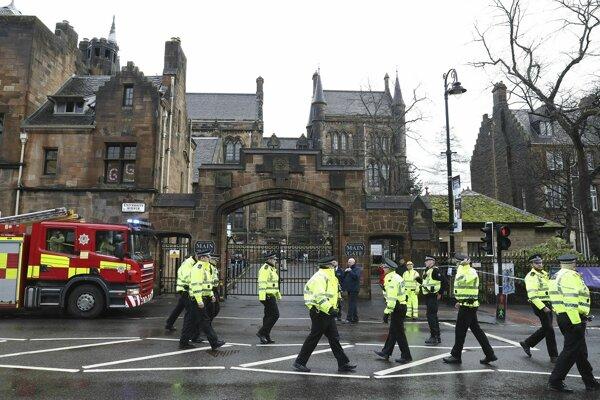 Polícia pred evakuovanou budovou v Glasgowe.