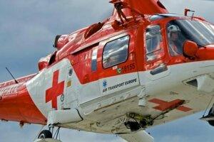 Pacienta previezol záchranársky vrtuľník do Kysuckej nemocnice v Čadci.