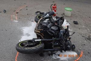 Motorkár utrpel ľahké zranenia.