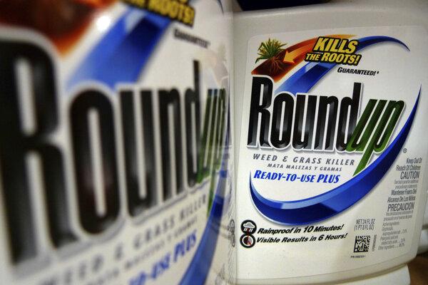 Fľaše s hnojivom Roundup od gigantu Monsanto, ktoré obsahujú herbicíd glyfosát.
