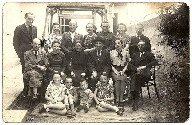 Bachnárovci. Alexander v hornom rade tretí sprava. Druhá zľava je najmladšia zo súrodencov Adelka. Podľa svedectva p. Švalbovej bola prvým slovenským dievčaťom, ktoré v Osvienčime zomrelo. Nacista ju strelil do brucha, pretože odmietla pracovať pre Nemcov. Dva dni umierala v blate.