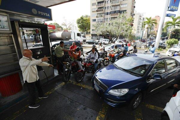 Zákazníci stoja v rade na benzínke v Caracase 8. marca 2019.