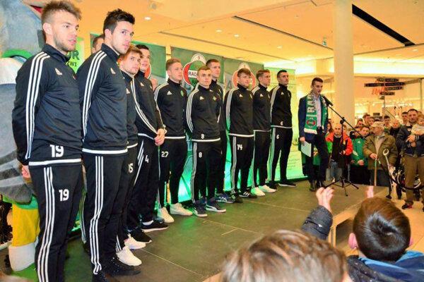 Marek Dubeň (druhý zľava) pri predstavení mužstva v obchodnom centre.