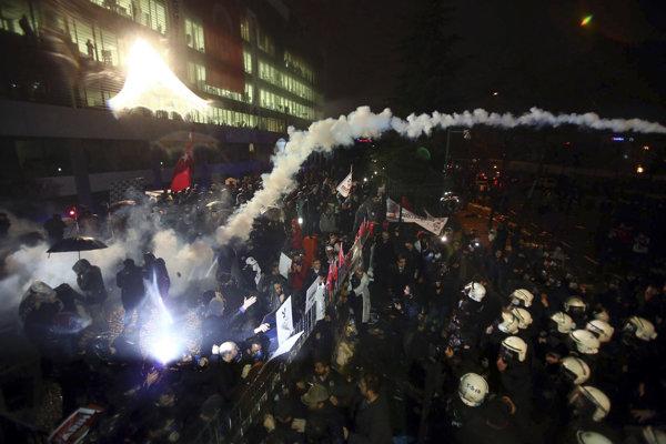 Demonštranti bránili polícii dostať sa do istanbulskej redakcie najväčšieho tureckého opozičného denníka Zaman.