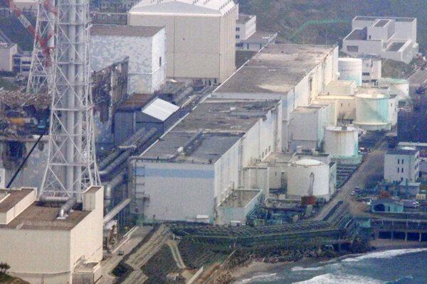 a archívnej snímke z 28. mája 2012 je letecká snímka na jadrovú elektráreň vo Fukušime po tsunami.