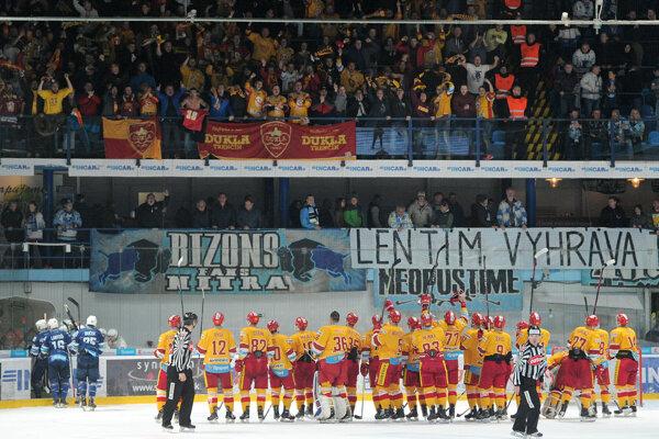 Hokejisti Dukly Trenčín so svojimi fanúšikmi.