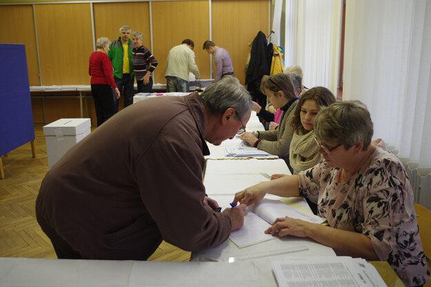 Volič sa musí podpísať