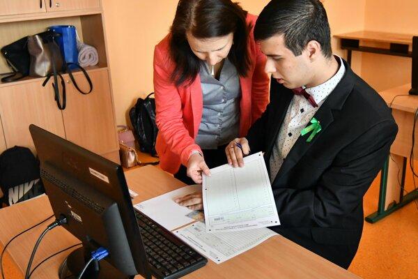 Študenti Obchodnej akadémie v Trebišove pred začiatkom písomnej maturitnej skúšky zo slovenského jazyka a literatúry.
