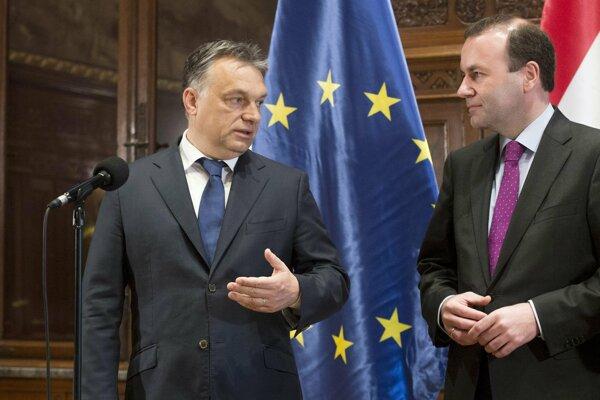 Maďarský premiér Viktor Orbán (Vľavo) a líder skupiny európskych ľudovcov v Európskom parlamente (EP) Manfred Weber na snímke z júna 2015.