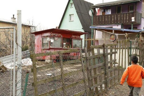 Pod Kortínou žijú ľudia v domoch, záhradkárskych chatách aj v unimobunkách.