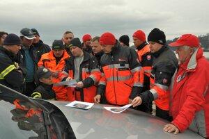 Dobrovoľníci sa oboznamujú s informáciami o nezvestnej daniele Masničákovej z Rabče.