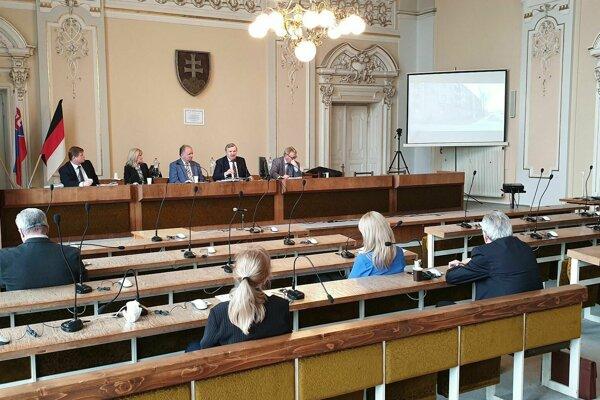 Na snímke úvod marcového mimoriadneho zasadnutia mestského zastupiteľstva v Rimavskej Sobote, ktorého sa však zúčastnili len siedmi poslanci z celkového počtu 21. Zastupiteľstvo nebolo uznášaniaschopné.