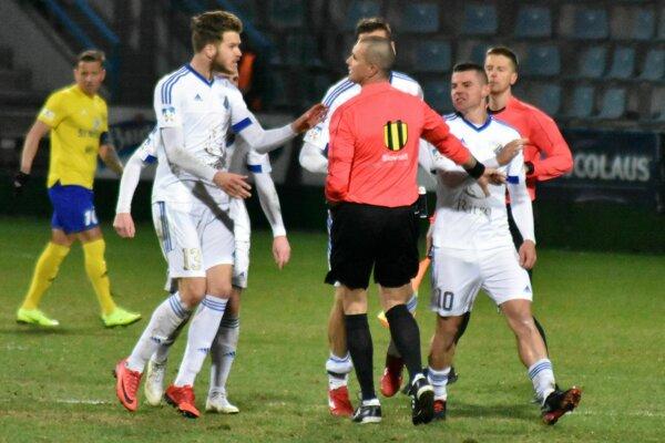 Nahnevaní Popradčania tesne po odpískaní konca pohárového zápasu.