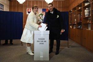 Na snímke čerství manželia Rusnákovci z Košíc volia vo volebnej miestnosti v Starom Smokovci vo Vysokých Tatrách.