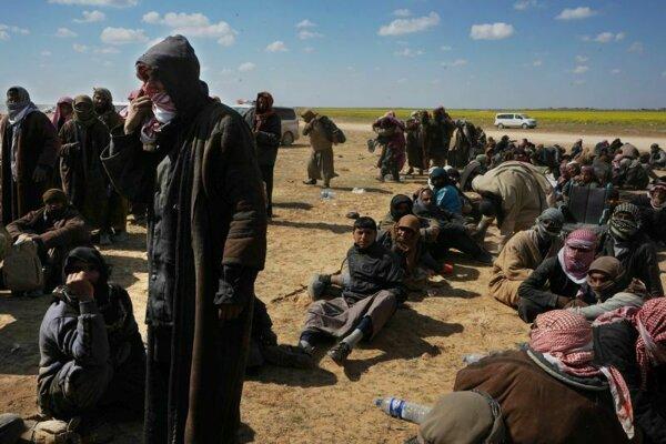 Muži čakajú na skríning po ich evakuácii z Baghúzu.