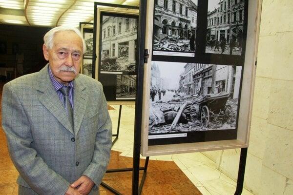 Štefan Košovan s fotkami Štefana Blaha na výstave v DAB, ktorá sa konala pred rokom.