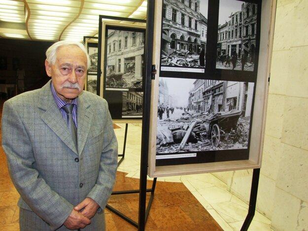 Štefan Košovan s fotkami Štefana Blaha na výstave v DAB, ktorá sa konala pred dvomi rokmi.
