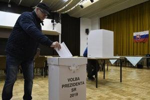 Volič vhadzuje svoj hlas do urny počas 1. kola prezidentských volieb 2019 v Ilave.