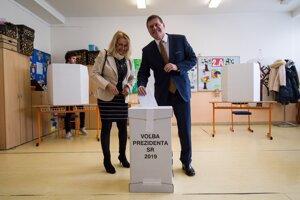 Kandidát na prezidenta Maroš Šefčovič odvolil aj spolu s manželkou.