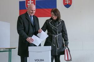 František Mikloško vhadzuje svoj hlas do urny.