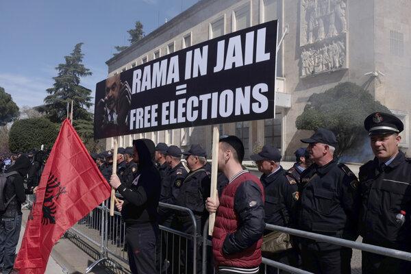 Demonštranti požadujú odstúpenie vlády a vypísanie predčasných volieb.