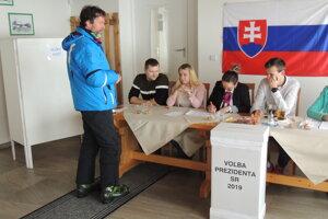 Niektorí v obci Krahule volili aj v lyžiarkach.