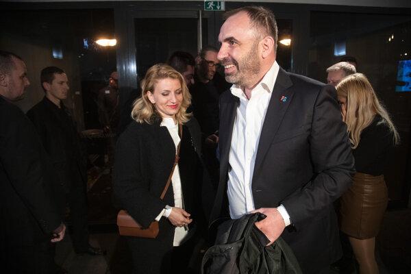 Predseda hnutia Progresívne Slovensko Ivan Štefunko (vpravo vpredu) počas príchodu do volebnej centrály kandidátky na prezidentku SR Zuzany Čaputovej v rámci volebnej noci.