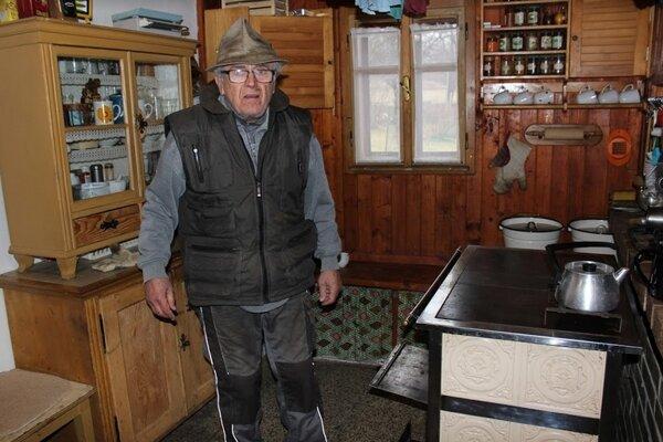 Pán Makaj odvolil doma, užíva si teplo na chalupe.
