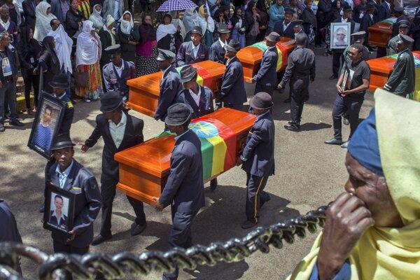 Pamiatku obetí z Etiópie si uctili pochovaním 17 prázdnych rakiev.