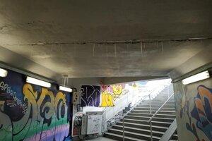 Obyvatelia mesta upozornili v uplynulých dňoch na FB stránke na podmienky v železničnom podchode na Ulici Andreja Hlinku smerujúcom k železničnej zastávke.