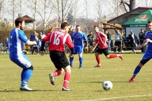 Na Dyčke sa z troch bodov tešili hráči Nitrianskych Hrnčiaroviec (v modrom).