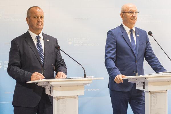 Na snímke vľavo minister obrany SR Peter Gajdoš a vpravo generálny tajomník služobného úradu ministerstva obrany SR Ján Hoľko.