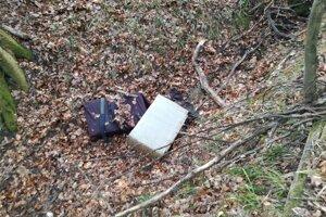 Pašeráci cigarety odhodili v lese.
