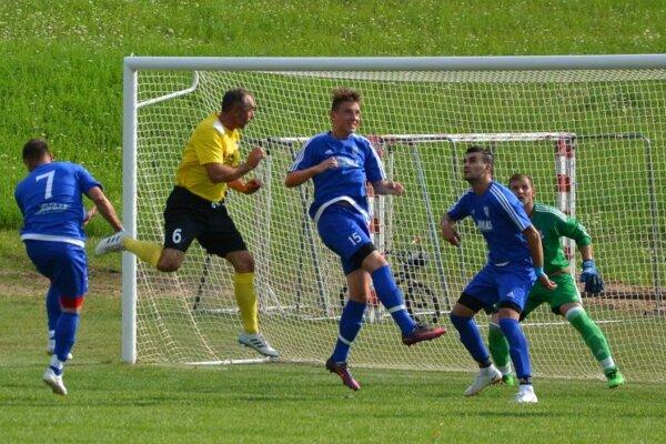 Dominik Augustín (tretí zľava č. 15) zaistil Domaniži tri body.