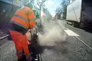 Opravy výtlkov v Košiciach sa už začali, ďalšie budú pokračovať.