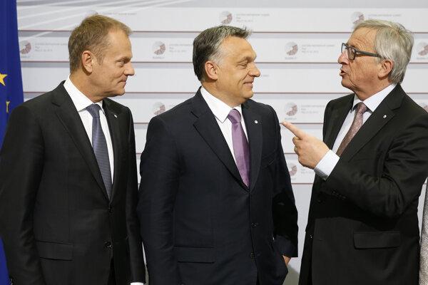 Viktor Orbán diskutuje s predsedom Európskej komisie Jeanom-Claudeom Junkcerom, vľavo stojí predseda Európskej rady Donald Tusk.