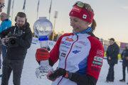 Anastasia Kuzminová s malým glóbusom.
