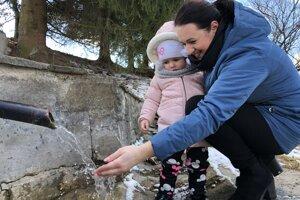 Starostka obce Vysoká v okrese Sabinov Lucia Hurajtová s dcérou pri prameni, z ktorého voda má liečivé účinky.