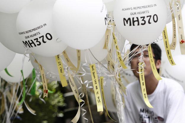 V Kuala Lumpure si na spomienkovom podujatí pripomenuli obete zmiznutého lietadla.