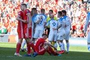 Slovenskí futbalisti sa hádajú s rozhodcom.