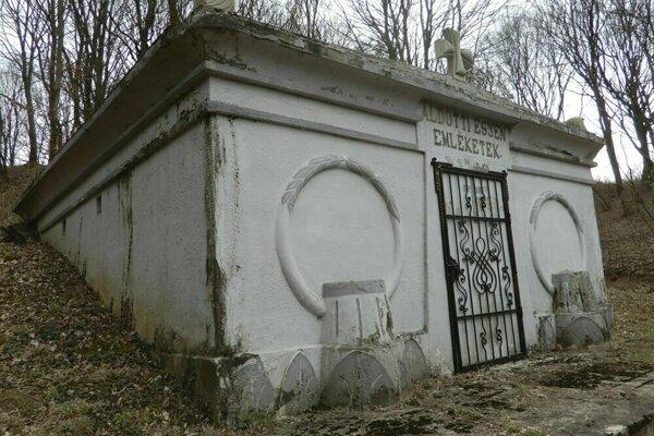 Na snímke krypta rodiny Vladárovcov v obci Kladzany