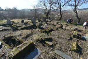 Vyčistený cintorín.