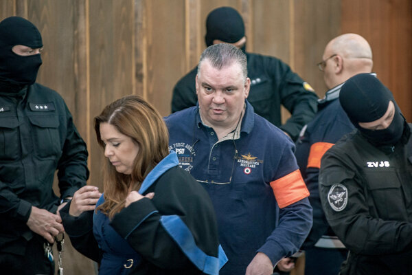 Obžalovaní v prípade zločineckého gangu Ľudovíta Sátora so svojimi advokátmi pred vyhlásením rozsudku senátu Špecializovaného trestného súdu.