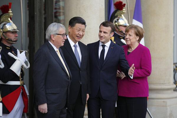 Zľava predseda Európskej komisie Jean-Claude Juncker, čínsky prezident Si Ťin-pching, francúzsky prezident Emmanuel Macron a nemecká kancelárka Angela Merkelová.