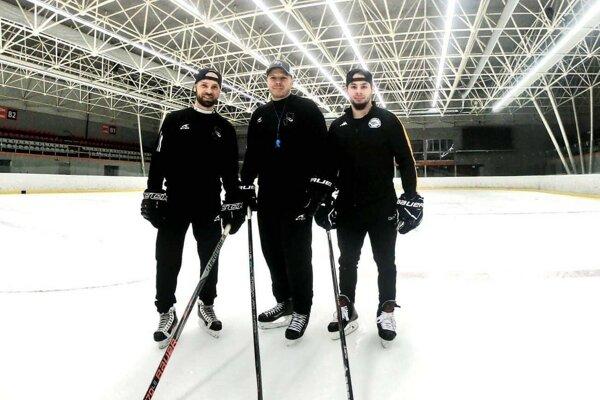 Zľava Jaroslav Kmiť, Alexander Valentín a Elezier Šerbatov po tréningu v Crow aréne.