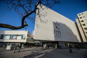 Pre trojuholníkovú budovu bývalého OD Prior je charakteristický biely travertínový obklad a zvonkohra.