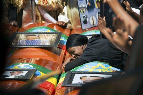 Príbuzná obete plače na prázdnou rakvou zakrytou národnou vlajkou počas smútočného obradu za obete nešťastia v Katedrále Najsvätejšej Trojice v etiópskej metropole Addis Abeba.